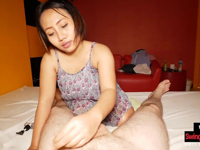 Thai cutie gives her client a happy end massage with a smile