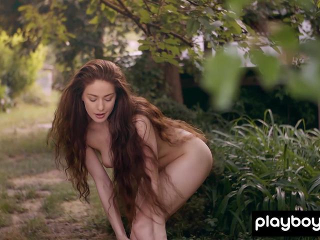 Hot all natural busty babe Joy Draiki posing nude in the garden